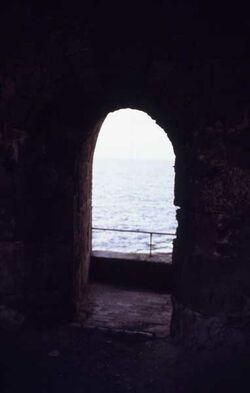 Dia Blick durch die Seemauer aufs Meer [Akko, Israel-Exkursion]