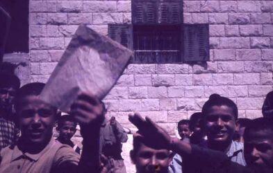 GDId00734; Dia; Askar-Sychar, gelb-schwarzer Plastik-Diarahmen, Bestand von hölzernen Diakisten mit insgesamt rund 1.000 Kleinbilddias einer Palästina-Exkursion vermutlich der Universität Greifswald wohl in den 1960er Jahren