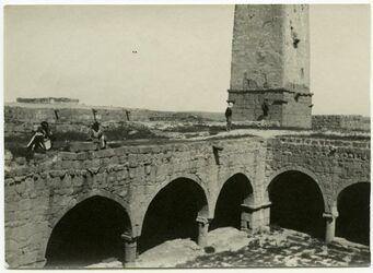 GDIp03824; Fotografie; Der'a [dera]. Moscheehof. L. Inschrift., in Bestand von rund 5.000 nach Themen und Orten sortierten Kleinbildabzügen