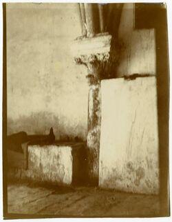 GDIp03831; Fotografie; Säule im Flur zwischen Koptenkloster u. Grabeskirche, alte Vorhalle des Kreuzgangs [Jerusalem], in Bestand von rund 5.000 nach Themen und Orten sortierten Kleinbildabzügen