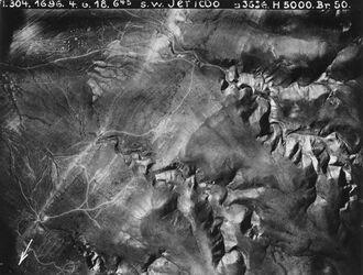 Fotografie s.w. Jericho nebi musa- Strasse [En-Nebi-Musa] beim Austritt in der Jordanebene Teil v. Nr. 884 [GDIp00897-GDIp00899; GDIp00901]