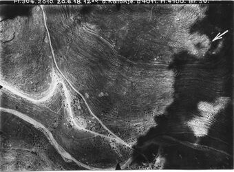 Fotografie o. Kalonje [Kaloonie] Anschluss an 753 [GDIp00151] u. 752 [GDIp00152] von l. oben alte Strasse in d. Mitte Einmündung in die neue Strasse Überschreitung des Haupttals bei Kalonee [Kaloonie] Abstieg zur Raponie
