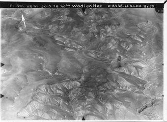 Fotografie Wadi en Nar [Wadi en-Nar] nach N w. ennar fast bis marsaba wohl von dem Abstieg des Weges ins Mpttal [?] bei bir alja l. oben w. el-lebban w. dmazura [?] unten in d. Mitte