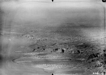 Fotografie Westufer des Toten Meeres r. w. et-charchibe [?] bis w. ez-zuwera [Mizpe zohar] u. dichebel [?] sebbi [es-sebbe?] rechts v.d. Mitte sudum [Gebel sudum?]