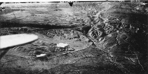 Fotografie el-mezra Bombenangriff auf El Mezra hart am Leid- bst [?]- Ufer des Toten Meeres 32b wie 32a vielleicht Original zu 32a [GDIp00862], das einen Teil dieses Bildes vergrössert. Blick v.O ? Die Ortschaft viell. Kriegslager.