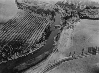 Fotografie The Jordan as it leaves the sea of Sabilee showing the dam under construction by Rutenberg