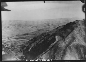Fotografie Jordantal b. Nablus vgl. gr. Film Schwöbel 57 (8) wider Jordantal wadi el-fara [Wadi Fara] etwa bis ras nmm charrube [?] vorn rechts nebi bedan im Hintergrund Jabbok zw. Aglan u. belka