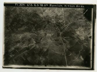 Fotografie Ramleh [Ramla] Strasse u. lidd erramle Strasse Jerus-Jaffa v. unten nach oben Eisenbahn biegt u. rechts Strasse Ramle-lidd nach rechts oben Bildrand SO