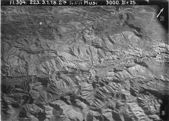 Fotografie Nebi Musa [En-Nebi Musa (Berg)] n.w. debr [Wadi debr] südl. weiter zeiderat [?] als 884 [GDIp00897; GDIp00898; GDIp00899; GDIp00901] l. unten Weg n. el-bukea [el-buke