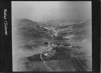 Fotografie Nablus (Sichem) Nablus v. O davor balata [Tell balata] u. Jakobsbrunnen l. Garizzim [Garizim], r. Ebal