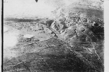 Fotografie viell. obuel. [?] die Felder v. el-mezra Bombenangriff am 12/3 1918 auf el-mezra an der Halbinsel des Toten Meeres Die Ortschaft Kriegslagen