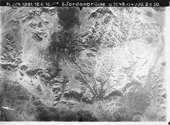 Fotografie ö. Jordanbrücke [wohl Allenby-(Jordan-)Brücke] vgl. Nr. 1450(1073) [GDIp00926] Mitte oben unten [?] v. [?] erste östliche Jordanschleife unterhalb der Brücke l. unten Weg nach essalt [Es-salt] vgl.