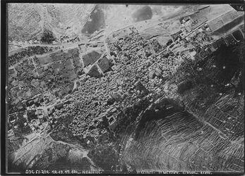 Fotografie Nablus oben Ebal u. Bahnlinie unten Garizzim [Garizim] unterer Bildrand SW unten r. Garizzim oben l. Ebal davor Bahnlinie nach r. oben gehend