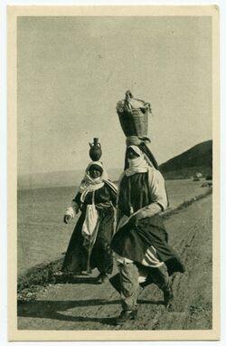 Fotografie Sur le bord du Lac de Tiberias [See Genezareth, wassertragende Frauen, Postkarte mit Hinweis auf Fotoband, hg. Von Luciano Morpurgo, Rom]