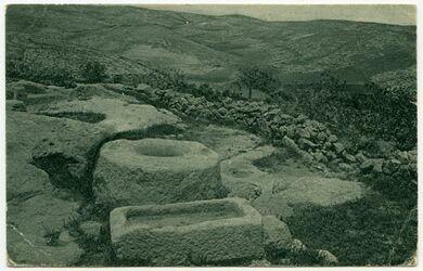 Fotografie An old stone-well in the Wilderness of Jedea [Postkarte an Gustaf Dalman]