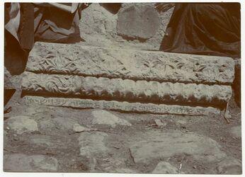 Fotografie [Artefakt unbekannter Herkunft, hebräischer Schriftzug auf dem Foto mit Bleistift nachgezogen]