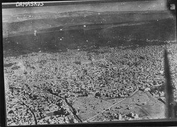 Fotografie Damaskus vorn Friedhof des bab es serir [wohl bab as-Saghir?] vgl. m. Nr. 1306 [GDIp01063/ GDIp01064] UBR SW