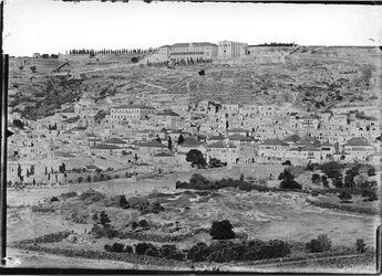 Fotografie Panorama Nazareth VII In der Mitte Erziehungskirche bei einem Baum links Verkündigungskirche