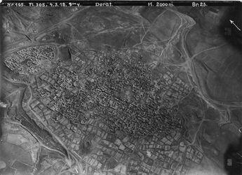 Fotografie Derat Stadt Deraa dera [Dera] v. SW l. el-kerak [Al-Karak] alli Stadt [?]Brücke über wadi ez-zedi [?] mit r.v. el-kerak Teich hamman [?] Strasse zum Bahnhof in der Mitte Moschee [unleserlich, . . . ] v. 1257