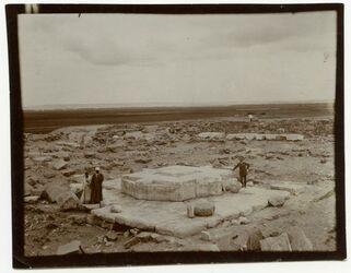 Fotografie Literatur L. Borchardt, Das Re-Heiligtum etc. Berlin 1905. Altar vom Heiligtum der Ne-woser-Re bei Abusin (Ägypten).