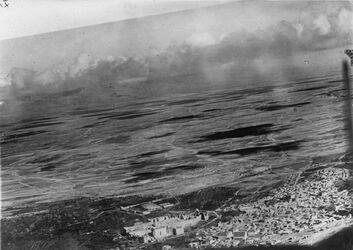 Fotografie Nr. 54 Baalbek v. SW dahinter el-bika [El-bika] u. [nicht?] Libanon Weg links= Weg rechts am Rande v. Nr. 100 ähnl. M.514 a137 für Heilrztam [?] u. Stadt kiebsche [?]M511, a136