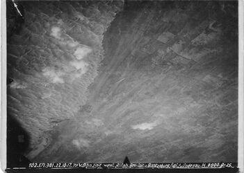 Fotografie V. Bhn.Linie [Bahnlinie] westl. Rifah [?, bei Deir al-Balah] Gehöft=1231m. Sech zuweid [Schech Suweid?]