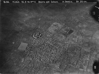 Fotografie Bosra eski Scham Bosra v. ONO Links oben, hinter der Litadelle: die alte römische Rennbahn v. ONO