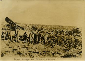Fotografie Lastautos beim Bergen eines Flugzeugs in der Steinwüste [wohl bei Bosra?]