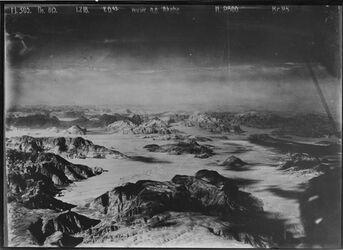 Fotografie Wüste n. ö. Akaba wohl gegend v. elkwera [?] mit Weg v. el-akaba nach madaba [Madaba] UBR N