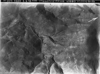 Fotografie Meschra Akwe [sö. der Jordanbrücke (gisr el-megami)] viell. l. Aufstieg d. Strasse n. madaba w. hesbon Mitte Tal [l?] mesra akwe mit Weg n. hesbon