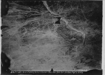 Fotografie V.Schech Nuran- Tell Fari zurück erbelin tell fari r.u. oben Bahnlinie nach bir umm kreuzt w. es-sillate urkan unten zweite Bahnlinie nach ez-gezarije ähnl. 316 [GDIp01413-GDIp01414]