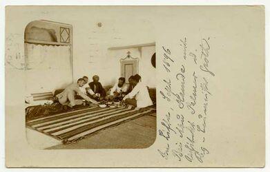 Fotografie In Lifta, Sept. 1896. Bei Abu Hamde mit Architekt Palmer u. Reg-Baumeister Groth. [Mahlzeit, Postkarte von Bruno Hentschel an Gustaf Dalman]