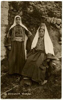 Fotografie Bethlehem Woman. Frau u. Jungfrau aus Bethlehem [Postkarte]