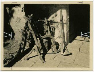 Fotografie [Aufnahme nach Exemplaren des Aussätzigenasyls Jerusalem, Aufzählung von Erntewerkzeugen, u. a. Sicheln]