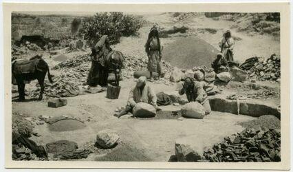 Fotografie bilgalgilu. Scherben zerhamlen für Fussbodenkalk im Sultanstein