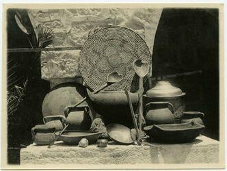 Fotografie [Geräte im Bauernhaus, Aufnahme im Aussätzigenasyl, Jerusalem]