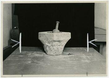 Fotografie gurn kibbe [steinerner Fleischmörser mit Stössel im Palästina-Institut Jerusalem]