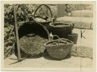 Fotografie [Getreide- und Fruchtkörbe im Aussätzenasyl, Jerusalem]