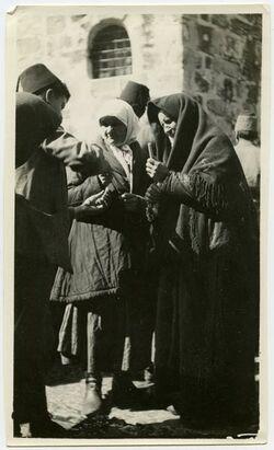 Fotografie Russenfrauen kaufen Kerzen vor der Grabeskirche [Juden, Jerusalem]