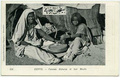 Fotografie Egypte. - Femmes Bicharas et leur Moulin [Mühle]