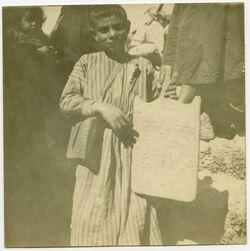 Fotografie Schuljunge mit Schreibetafel. Jerus. [Kinder, Jerusalem]