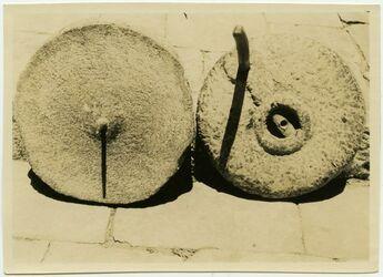 Fotografie Oberstein v oben, Unterstein v oben [Mühle, Handmühle, Exemplar des Aussätzigenasyls, Jerusalem]