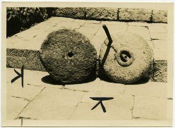 Fotografie tahune Aussenseiten [Mühle, Handmühle, Exemplar des Aussätzigenasyls, Jerusalem]
