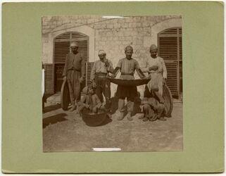 Fotografie Personal einer Maultiermühle in Aleppo mit Sieben, Kessel etc. [Mühle]