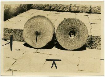 Fotografie tahune Innenseiten [Mühle, Handmühle, Exemplar des Aussätzigenasyls, Jerusalem]