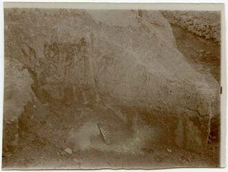 Fotografie Taken after the rock-surface had been week scrubbed with a hard brush, then washed. Vermeintl. Inschrift bei bir erjub [Inschrift]