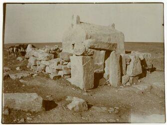 Fotografie Grab v. Simon el hamdan in Diban (nach Umsit. [?] I 374), ich notierte sech