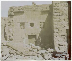 Fotografie Jüdisches Haus in naua [oder hana?] mit dem siebenarmigen Leuchter über der Tür