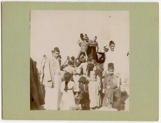 GDIp02736; Fotografie; Austeilen v. Gaben a. d. Friedhof d Armenier Aleppo, in Bestand von rund 5.000 nach Themen und Orten sortierten Kleinbildabzügen