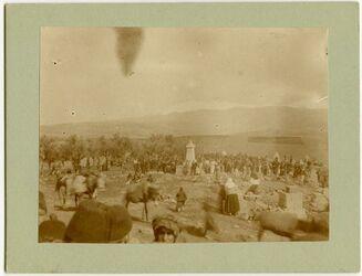 Fotografie [Begräbnis eines prot. Arab. Pastors in Gedidi im Hintergrund Hermon]
